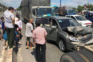 Bị xe tải 'húc' từ phía sau, 5 người trên ô tô bẹp dúm kêu cứu trên Xa lộ ở Sài Gòn