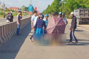 Bình Dương: Nam dân quân tự vệ bị tai nạn tử vong, người dân dùng ô che thi thể giữa trời nắng