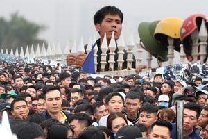 Ngàn người chầu chực dưới mưa chờ mua vé trận Việt Nam - Malaysia