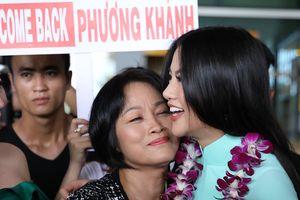 Hoa hậu Phương Khánh ôm hôn mẹ thắm thiết ở sân bay ngày về