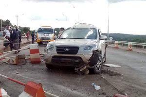 Ôtô 7 chỗ bị xe khách đâm khi mua vé qua BOT, 3 người nhập viện