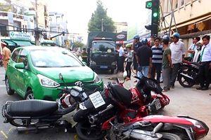 Taxi tông hàng loạt xe máy đang dừng đèn đỏ