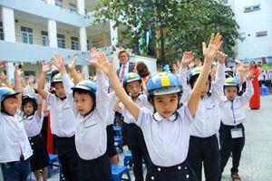 Thụy Điển trao tặng gần 1.000 mũ bảo hiểm cho các em HS Trường Tiểu học Ba Đình, Hà Nội