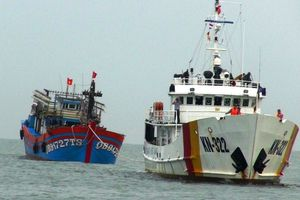 Cứu hộ tàu cá và 19 ngư dân Quảng Bình gặp nạn trên biển