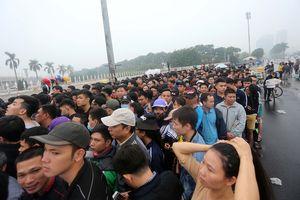 Đội mưa chen chúc mua vé trận Việt Nam-Malaysia