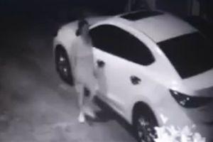 Ôtô đậu trước nhà liên tục bị cào xước: Trích xuất camera