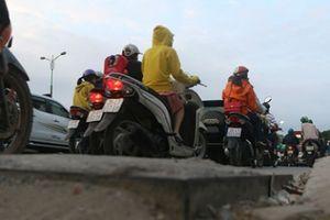 Chi chít 'ổ voi, ổ gà' trên đường Phạm Văn Đồng, thách thức người tham gia giao thông