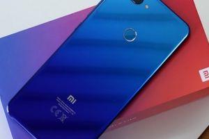 'Đập hộp' Xiaomi Mi 8 Lite với một phụ kiện độc lạ bên trong