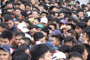 CĐV bật khóc, đẩy đổ hàng rào vì vé xem Việt Nam vs Malaysia