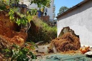 Một gia đình thoát chết sau vụ sạt lở gây sập nhà
