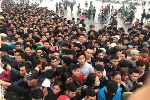 Khổ sở chờ đợi, đội mưa lạnh xuyên đêm săn mua vé trận Việt Nam- Malaysia
