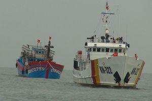 Quảng Bình: Cứu hộ tàu cá cùng 19 ngư dân vào bờ