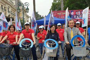 Bộ trưởng Bộ Y tế đạp xe kêu gọi người dân phòng chống bệnh Đái tháo đường