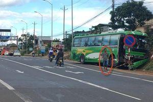 Xe khách tông nát đuôi ô tô dừng ở BOT Liên Đầm, khách bẻ lái cứu mạng 30 người?