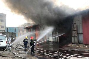 Hà Nội: 'Bà hỏa' thiêu rụi kho hàng sau Bến xe nước ngầm