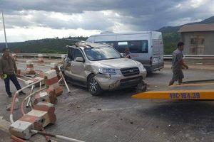 Lâm Đồng: Xe khách tông bẹp đuôi xe con tại trạm BOT Liên Đầm
