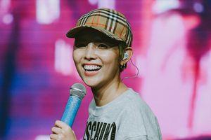 'Săm soi' chiếc tai nghe có một không hai của Vũ Cát Tường xuất hiện trong concert hoành tráng