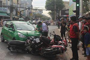 Taxi Mai Linh gây tai nạn, đè bẹp 5 xe máy đang dừng đèn đỏ