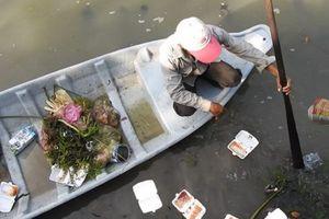 Tây Ninh: Con rạch giữa lòng thành phố bị tắc nghẽn bởi rác thải