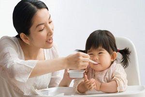 Mẹ cần biết: Cho trẻ ăn váng sữa như thế nào là tốt?