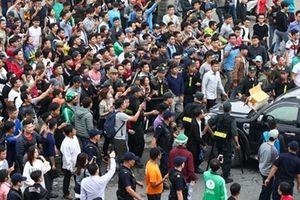 Hết vé bán, người hâm mộ tức giận náo loạn sân Mỹ Đình