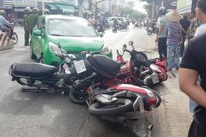 Taxi lao vào đường ngược chiều, tông hàng loạt xe máy đang dừng đèn đỏ