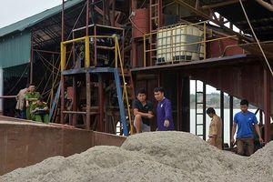 Tạm giữ tàu cuốc 'khủng' khai thác cát trái phép trên sông Đà