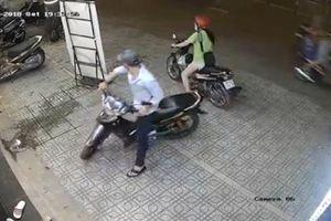 Đôi nam nữ trộm xe máy trong nháy mắt ở TP.HCM