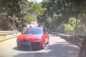 Mất lái khi đi lên dốc, ôtô trượt lật 4 bánh lên trời