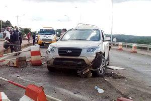 Xe khách đâm nát xe 7 chỗ tại trạm BOT, 3 người bị thương nặng