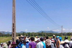 Người dân chặn xe rà phá bom mìn để phản đối dự án điện mặt trời