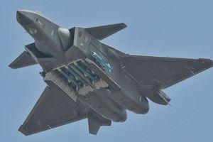Tiêm kích Trung Quốc J-20 lần đầu 'mở bụng' khoe tên lửa