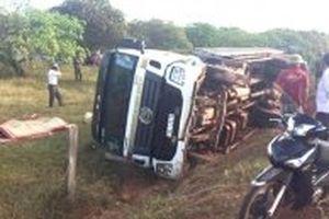 Lật xe tải chở trụ điện, hai người tử vong ở Đác Lắc