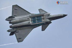 Ngửa bụng khoe tên lửa, J-20 Trung Quốc lộ điểm yếu chí tử