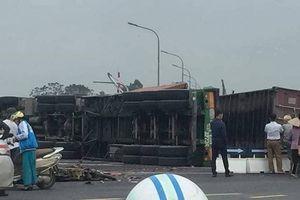 Hà Nội: Xe container bị lật nghiêng sau va chạm với xe máy, 4 người thương vong