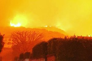 Loạt biệt thự triệu đô xa hoa của sao Hollywood hóa đống tro tàn sau vụ cháy ở bang California