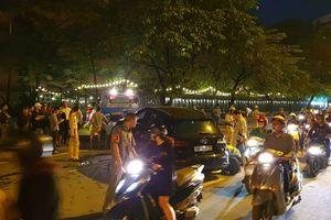 Xế hộp Audi Q5 tông biến dạng Mercedes và 2 xe máy trên phố ở Hà Nội