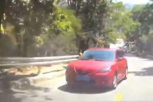 Mất lái khi đi lên dốc, xe Mazda bị trượt và lật
