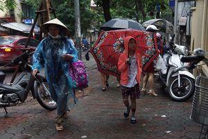 Trẻ em lụp xụp đến trường trong ngày đầu tuần mưa rét
