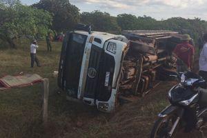 Đắk Lắk: Lật xe tải chở cột điện, 2 người tử vong