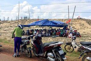 Phản đối dự án điện mặt trời: Người dân giữ xe công binh, rà bom mìn