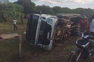 2 người tử vong trong vụ lật xe chở trụ điện ở Đắk Lắk