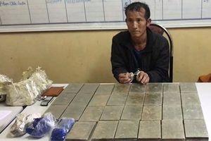 Bắt đối tượng vận chuyển 30 bánh heroin và 15 túi ma túy tổng hợp