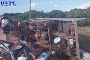 Xe tải chở trụ điện bị lật, 2 người thiệt mạng