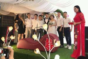 Cô dâu - chú rể sốc vì hội bạn thân tặng ghế tình yêu Tantra ngày cưới