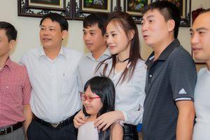 'Quỳnh Búp Bê' hot trên diện rộng, nữ chính Phương Oanh về quê được cả làng háo hức xin chụp ảnh
