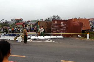 Container lật ngang trên đường, đè chết 2 mẹ con