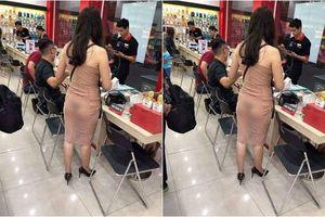 Chụp ảnh cô gái ăn mặc phản cảm ở cửa hàng điện thoại nhưng chính 'chủ post' lại trở thành đối tượng bị ném đá
