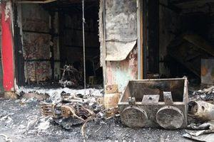 Cháy nhà lúc sáng sớm, mẹ ôm 2 con nhỏ trèo qua mái nhà thoát thân