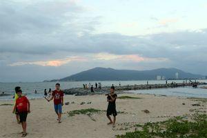 Đà Nẵng: Người dân vẫn tắm biển, câu cá bình thường